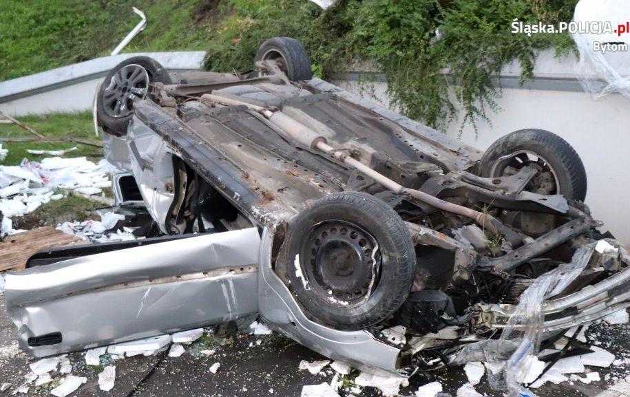Opel Zjechał Ze Skarpy Na Parking - W Środku Były 2 Osoby