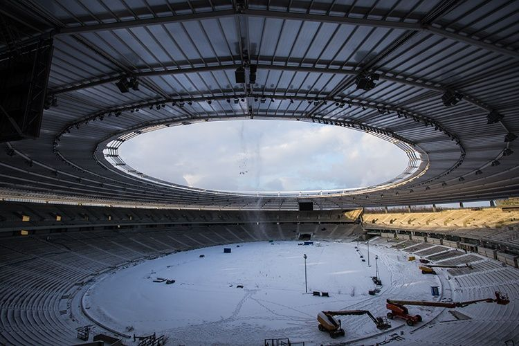 Z dachu Stadionu Śląskiego zrzucono tony śniegu! [ZDJĘCIA]