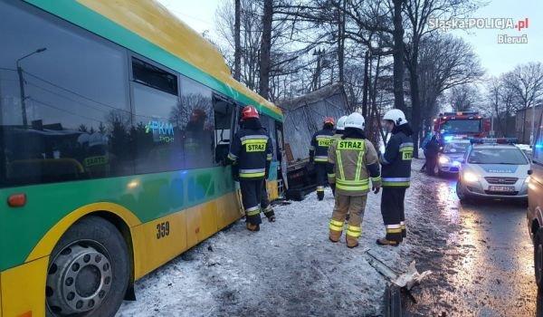 Autobus zdeżył się z ciężarówką